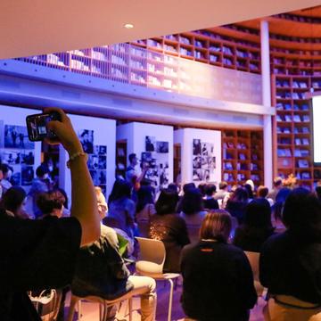 """26 诗人翟永明与音乐人小河在""""时间剧场""""展览开幕式上的诗歌音乐即兴表演"""