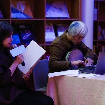 """27 诗人翟永明与音乐人小河在""""时间剧场""""展览开幕式上的诗歌音乐即兴表演"""